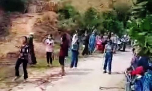 """20 cô gái cầm gậy xông vào """"hỗn chiến"""" náo loạn trên đường"""