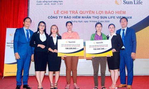 Sun Life Việt Nam chi trả hơn 342 triệu đồng quyền lợi bảo hiểm cho hai khách hàng