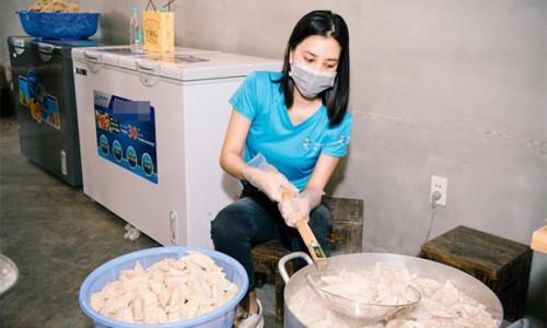 Á hậu Kiều Loan, Ngọc Thảo đội mưa tiếp tế một tấn gạo cho người dân