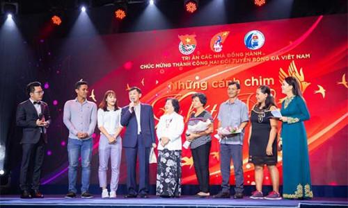 IPPG tặng 2 tỉ đồng cho hai đội tuyển bóng đá Việt Nam
