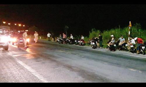 Hơn 100 thanh niên đua xe trên đường Xuyên Á