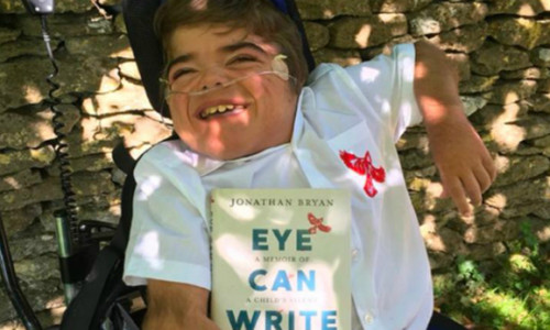 Cậu bé bại não viết sách bằng mắt