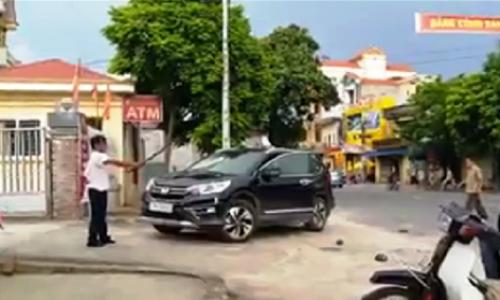Người đàn ông cầm kiếm phá chiếc ôtô đỗ trước cửa ngân hàng