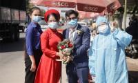 Cô dâu, chú rể trao sính lễ ở chốt kiểm dịch